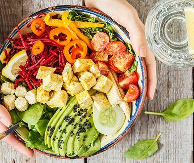 Dieta bez mięsa i nabiału jest lekkostrawna i pozwala ustrzec się wzrostu poziomu cholesterolu we krwi
