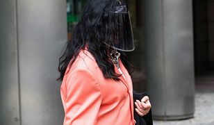 Kayah ukrywa się pod czarną przyłbicą przed paparazzi. Ta stylizacja robi wrażenie