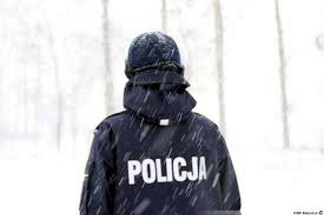 Mazowieckie. Policjanci zauważyli leżącego w śniegu seniora