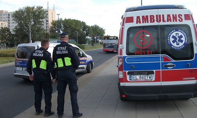 Warszawa. Strażnicy miejscy pomogli wyziębionemu mężczyźnie przy stacji metra Młociny