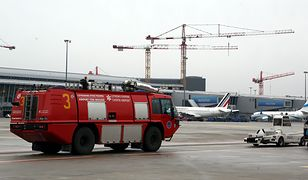 Lądowanie wojskowej maszyny zabezpieczała lotniskowa straż pożarna
