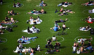 Domino Park w Nowym Jorku. Dzięki kręgom mieszkańcy zachowują dystans między sobą