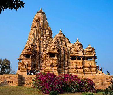Zmysłowe płaskorzeźby w hinduskiej świątyni. Przedstawiają sceny wyjęte z Kamasutry