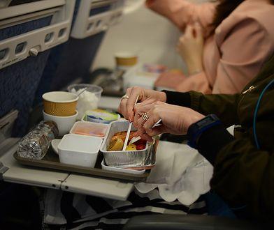 """""""Nigdy tego nie spożywaj w samolocie"""". Stewardesa nie owija w bawełnę"""