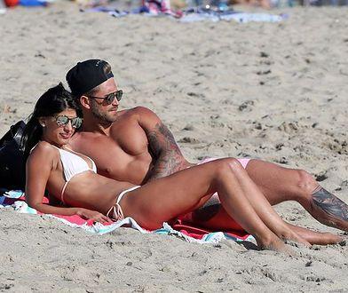Jasmin Walia i Ross Worswick przyłapani na plażowych igraszkach