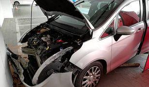 Ford uderzył w ścianę garażu podziemnego.