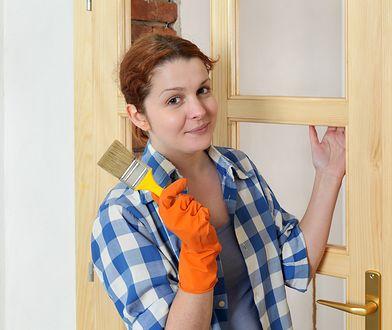Zastanów się nad wyborem farby tablicowej lub magnetycznej – dzięki nim nie tylko odnowisz drzwi, ale też nadasz im nową funkcję