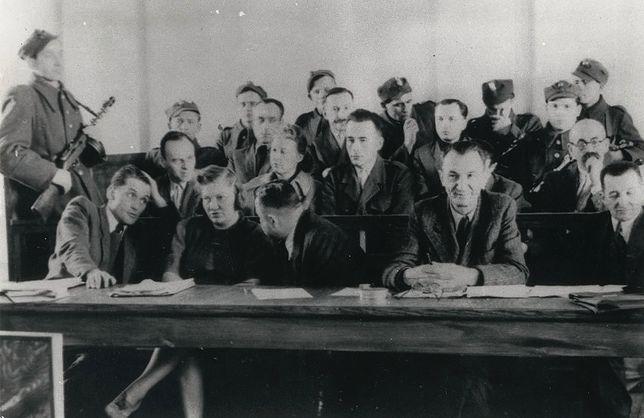 """Proces pokazowy rotmistrza Witolda Pileckiego. Marzec 1948 r., fotografia opublikowana w """"Głosie Ludu"""""""