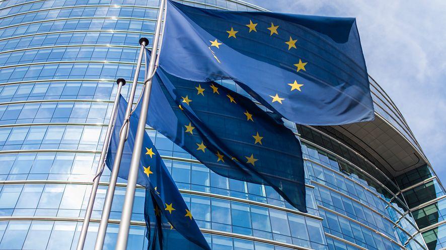 Europejskie flagi przed Parlamentem Europejskim z depositphotos