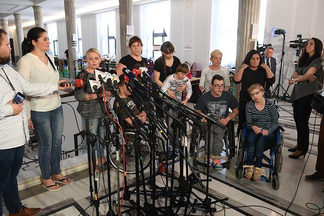 """Rafalska po raz kolejny zaprosiła protestujących rodziców do rozmowy. """"Nie skorzystamy z propozycji"""""""
