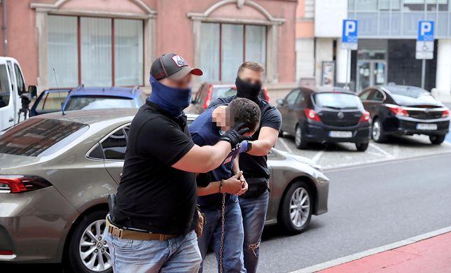 Doprowadzenie na przesłuchanie kierowcy miejskiego autobusu, który 31 lipca rano przejechał w Katowicach 19-letnię dziewczynę (mr) PAP/Andrzej Grygiel)