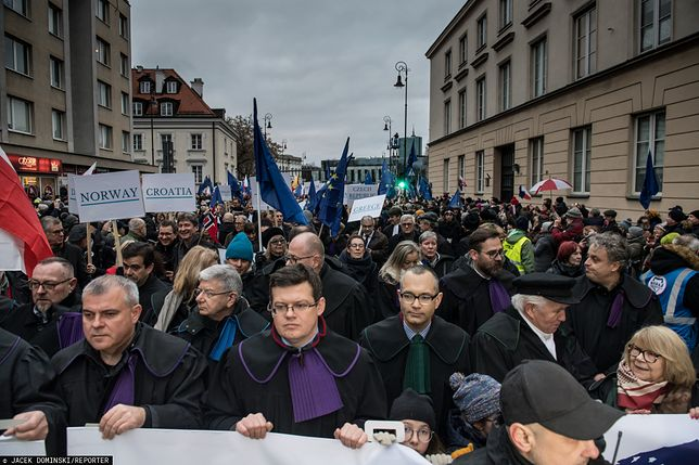 """""""Washington Post"""" ostro o kryzysie konstytucyjnym w Polsce"""