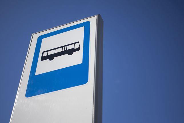 Warszawa. Kierowca autobusu zmienił trasę, aby zawieźć pasażerkę do szpitala