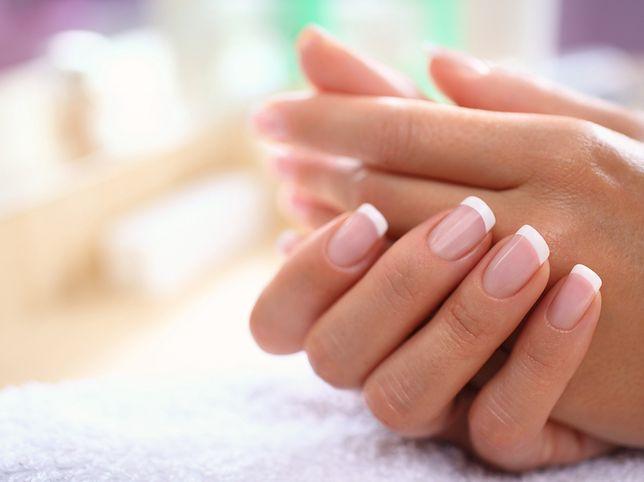 French manicure to finezyjny i klasyczny sposób na stylizację paznokci.