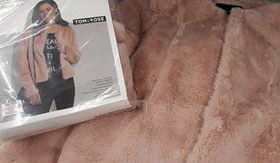 W Biedronce kobiety odnalazły zaskakujące ubranie. Różowe futerko robi furorę