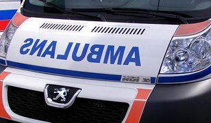 Pięcioro pobitych policjantów przewieziono do szpitala.