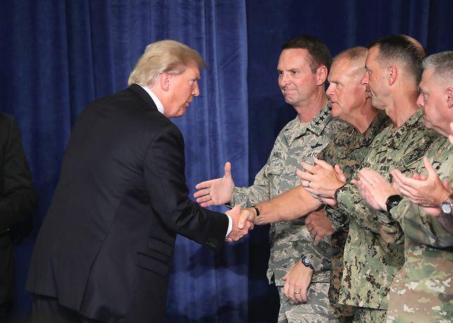 Prezydent Doland Trump z amerykańskimi żołnierzami