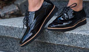 W modnych butach stawiamy na wygodę - tu pomocne będą grubsze podeszwy i koturny