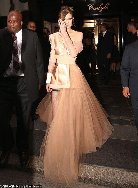 Asymetryczna suknia