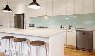 Szkło między szafkami kuchennymi to jedno z najmodniejszych rozwiązań w aranżacji wnętrz