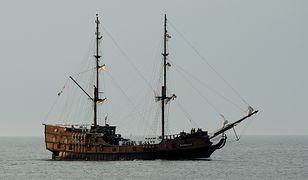 Łeba. Statek z turystami utknął na mieliźnie. Pomógł holownik