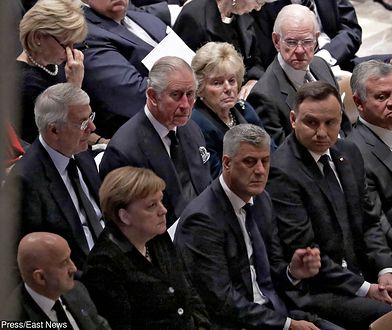 """Pogrzeb George'a Busha. Lech Wałęsa jednak z """"konstytucją"""" na piersi"""