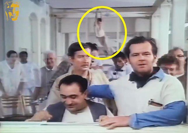 """Jack Nicholson w słynnym klipie nagranym na planie """"Lotu nad kukułczym gniazdem"""". Po lewej Danny DeVito"""