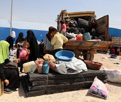 Kobieta i dzieci przebywają w obozie Al-Hol w Syrii