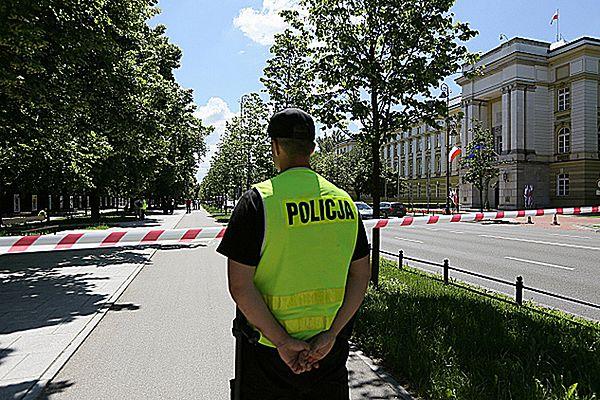 Policja w Alejach Ujazdowskich, naprzeciwko kancelarii premiera.