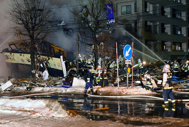 Strażacy przetrząsają gruzowisko po eksplozji