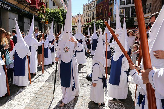 Uczestnicy obchodów Semana Santa w Sewilli. Stroje pokutne z charakterystycznymi nakryciami głowy mogą nosić wyłącznie członkowie katolickich bractw