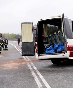 Czołowe zderzenie busa i samochodu osobowego na trasie do lotniska. Nie żyje kierowca