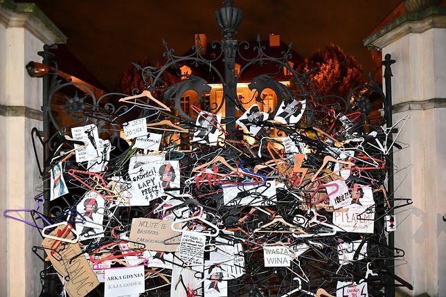Protesty w Polsce po orzeczeniu TK ws. aborcji. Aktywiści pojawili się przed kościołami