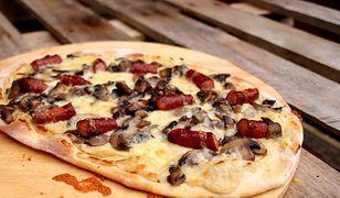Pizza z białym sosem i frankfurterkami. Klasyka w nowym wydaniu
