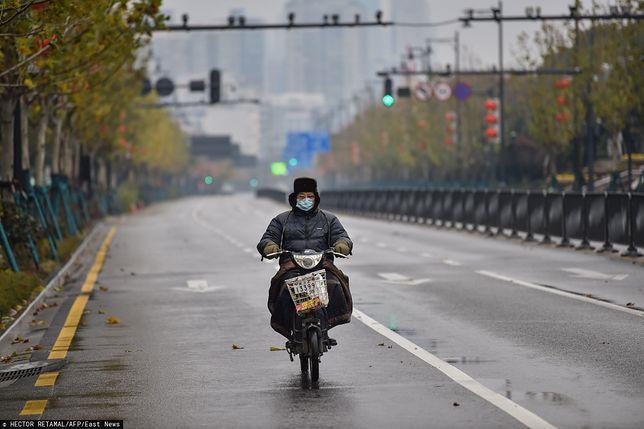 """Wuhan. Zwykle zakorkowane ulice teraz """"świecą"""" pustkami."""