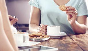 Oszustki proszą gospodarzy o zaparzenie przyniesionej przez siebie kawy