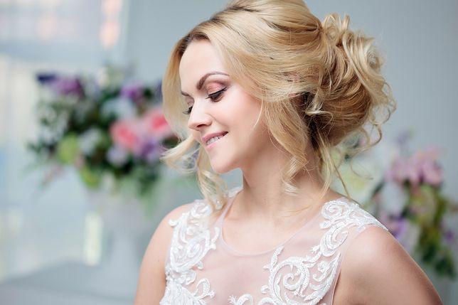 W katalogu fryzur ślubnych 2018 znajdują się zarówno upięcia, jak i swobodnie puszczone loki i fale