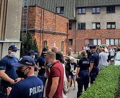 """Szturm antyszczepionkowców w Poznaniu. """"Byli ubrani w ciuchy wojskowe"""""""