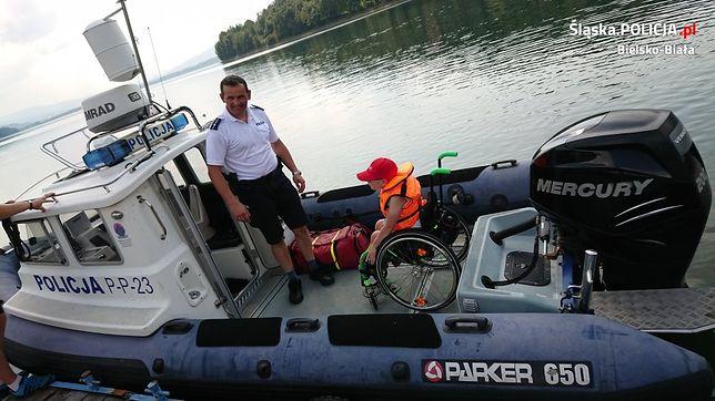 8-letni Franek podczas patrolu policyjnego na Jeziorze Żywieckim