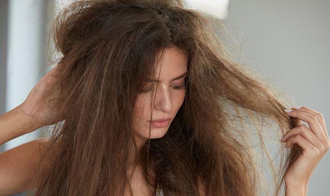 Sposoby na przesuszone włosy. Proste porady