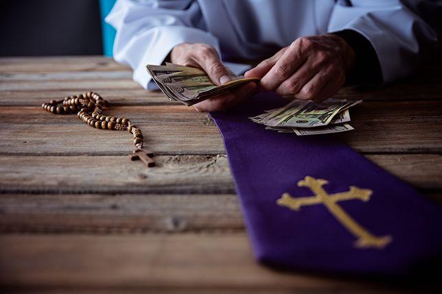 Ksiądz domaga się od syna zmarłej kobiety 800 złotych