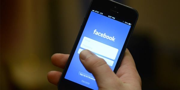 Z Facebooka można korzystać przez przeglądarkę internetową i wykorzystując aplikację mobilną