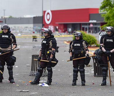 Były policjant z Minneapolis z zarzutem. Starcia na ulicach wielu miast USA