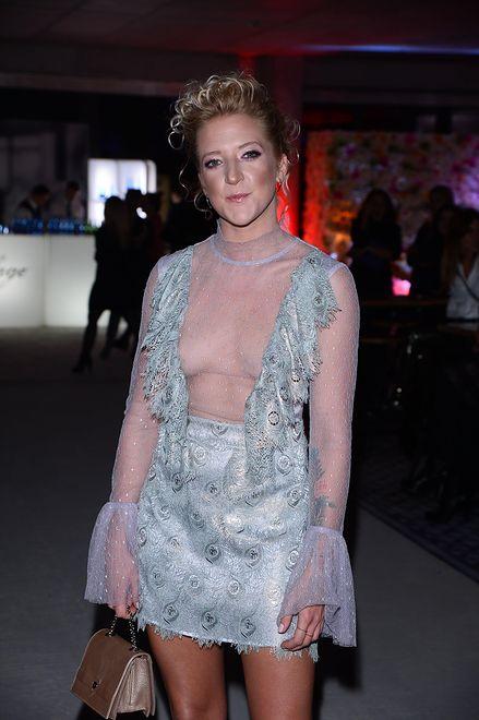 Lara Gessler na pokazie mody. Jej stylizacja składa się głównie z dekoltu