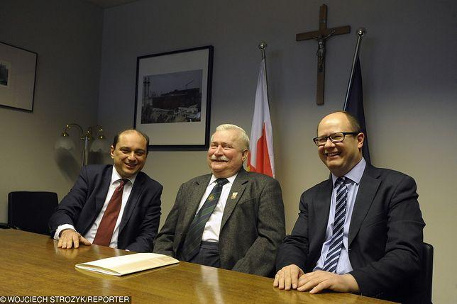 Basil Kerski (z lewej) w towarzystwie Lecha Wałęsy i Pawła Adamowicza.
