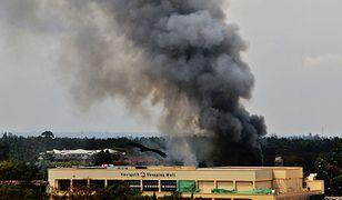 Dym unoszący się nad centrum handlowym
