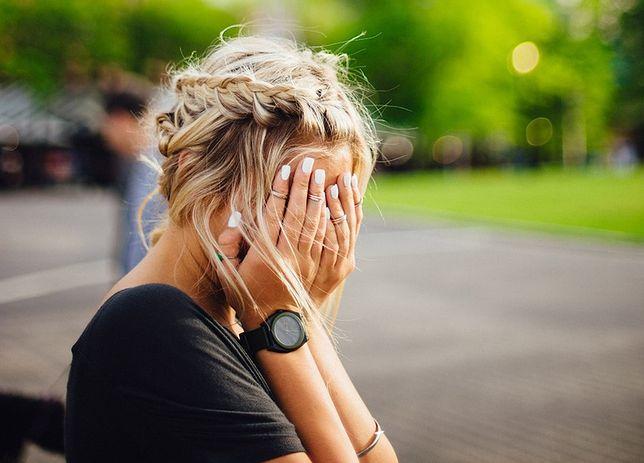 Smutna kobieta z powodu awarii Facebooka