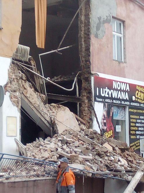 Zawaliła się ściana pustostanu w Chrzanowie. Policja przeszukuje gruzowisko
