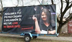 """Joanna Lichocka złożyła akt oskarżenia. Chodzi o plakaty z jej """"słynnym gestem"""""""