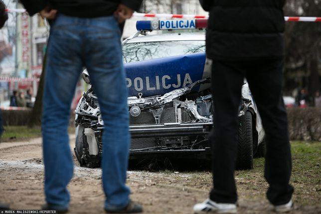 Uszkodzony radiowóz po pościgu za przestępcą. W niektórych przypadkach za naprawy płacą sami policjanci.
